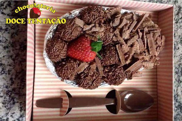 Ovo de colher de 500g recheio brigadeiro, ninho, beijinho, limão e maracujá na Chocolateria Doce Tentação. Por apenas R$ 35,00.