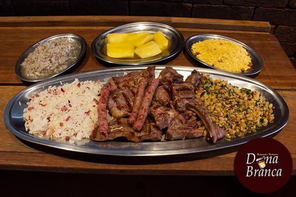 Delicioso prato Mix de carneiro com pernil, costela, carré e linguiça no Dona Branca. Serve 2 à 3 pessoas. Por apenas R$ 49,00.