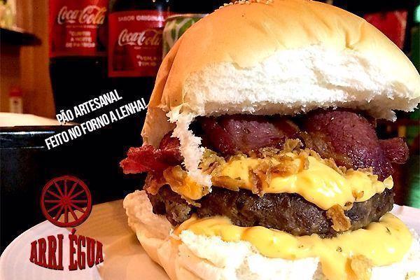 Experimente o Super Billy & Jack do Arri Égua, hambúrguer artesanal de costela com 200gr por apenas R$ 13,90.